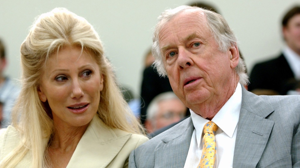 Oklahoma energy tycoon T. Boone Pickens, right, with his wife, Madeleine, on Capitol Hill in Washington, on July 25, 2006. (Dennis Cook / AP)