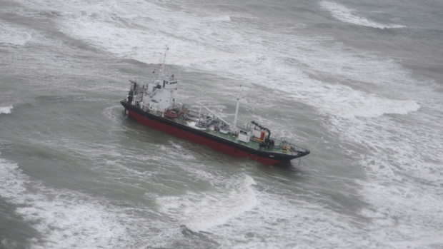 Salvage firm now plans to tow tanker grounded off N.S.