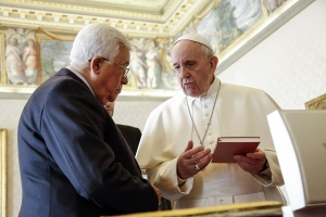 Pope Francis exchanges gifts with Palestinian President Mahmoud Abbas during a private audience at the Vatican, Saturday, Jan. 14, 2017. (Giuseppe Lami / ANSA pool via AP)