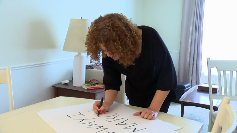 Sara Bingham makes a #WhyIMarch sign in advance of the Women's March on Washington.