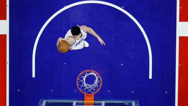 Philadelphia 76ers' Ersan Ilyasova goes up for a dunk during the first half of an NBA basketball game against the Toronto Raptors, Wednesday, Jan. 18, 2017, in Philadelphia. (AP Photo / Matt Slocum)