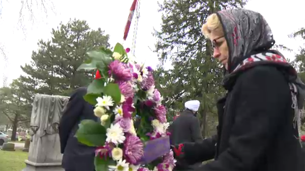 Kathleen Wynne lays a wreath at the grave of Buckam Singh. (Jan. 21, 2017)