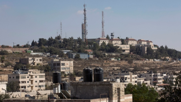 Part of the Israeli settlement of Psagot, background, overlooking Palestinian houses, in a suburb of the West Bank city of Ramallah, on Oct. 24, 2016. (Nasser Nasser / AP)