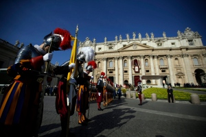 Swiss Guards stand in St. Peter's Square, prior to the start of the Easter mass celebrated by Pope Francis at the Vatican, Sunday, March 27, 2016. (AP / Gregorio Borgia)