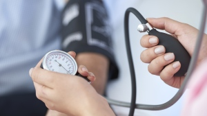 Web-based counseling can lower blood pressure as much as meds, says a new study. (stockvisual / Istock.com)
