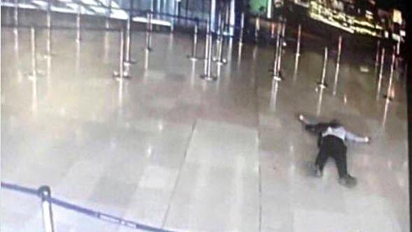 This photo shows a man on the ground at Paris Orly Airport. Photo from CCTV.