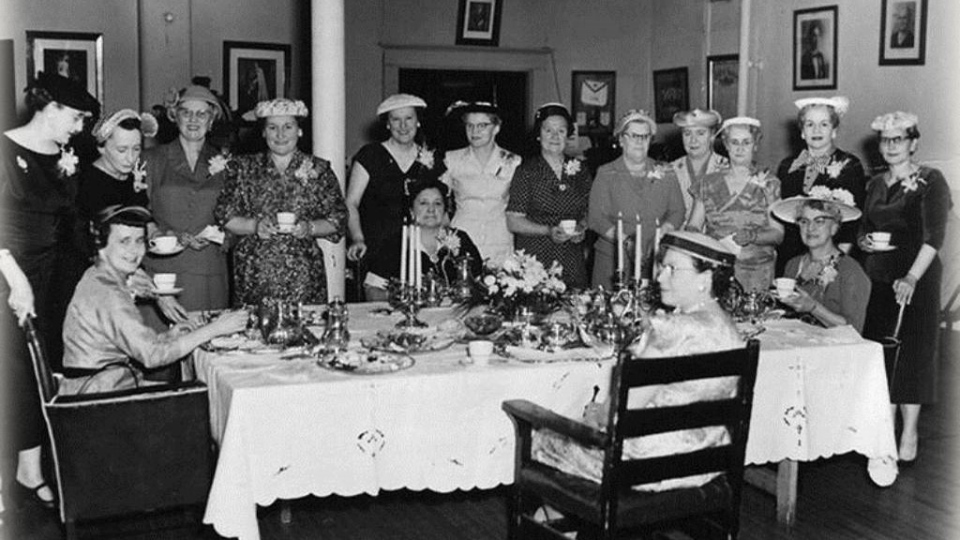 A group of women at a daffodil tea held by Lady Flora Eaton for the Canadian Cancer society in Toronto in 1954. (Canadian Cancer Society)