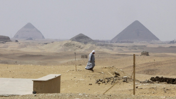 dating the pyramids of egypt Aeraweborg, the official web site of ancient egypt research associates (aera), provides information on the work of dr mark lehner and the international team of the giza plateau mapping project.