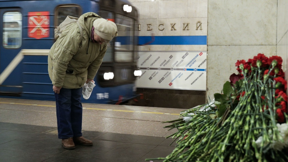 A woman pays her respects at a symbolic memorial at Tekhnologichesky Institute subway station in St. Petersburg, Russia, Tuesday, April 4, 2017. (AP / Dmitri Lovetsky)