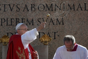 Pope Francis celebrates a Palm Sunday Mass in St. Peter's Square at the Vatican, Sunday, April 9, 2017. (AP Photo/Alessandra Tarantino)