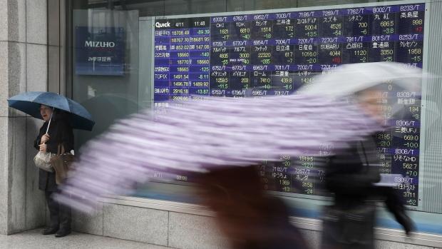 U.S. dollar stays 5-month-lows against yen amid geopolitical risk