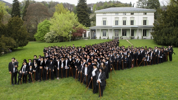 Some 662 people dressed as 'The Tramp' pose for a group picture on April 16, 2017 in Corsier-sur-Vevey, Switzerland. (Richard Juilliart/AFP)