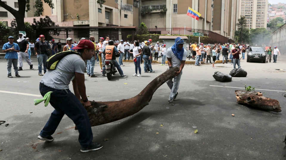 Opposition members set up a barricade during a protest in Caracas, Venezuela, on April 19, 2017. (Fernando Llano / AP)