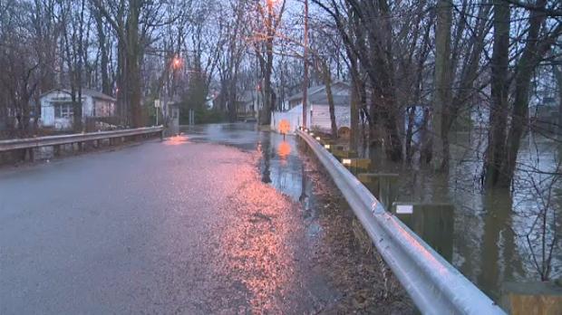 The Ile Mercier bridge is being flooded (April 19, 2017)