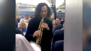 Kenny G. serenades passengers on flight