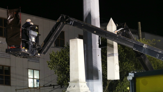 New Orleans take down white supremacist monument