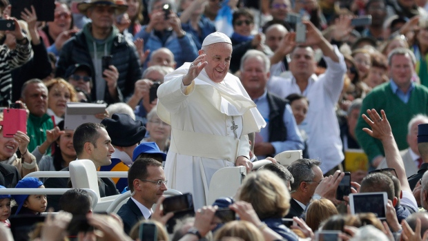 Pope Francis salutes as he arrives during his weekly general audience in St. Peter square at the Vatican, Wednesday, April 26, 2017. (AP / Andrew Medichini)