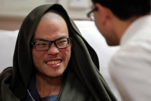 Taiwanese man Liang Sheng-yueh talks to a doctor at the Grande Hospital in Kathmandu, Nepal, Wednesday, April 26, 2017. (AP / Niranjan Shrestha)