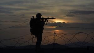 A Pakistani border security guard stands alert at Pakistan-Afghanistan border post, Chaman in Pakistan, Friday, May 5, 2017. (AP Photo/Matiullah Achakzai)