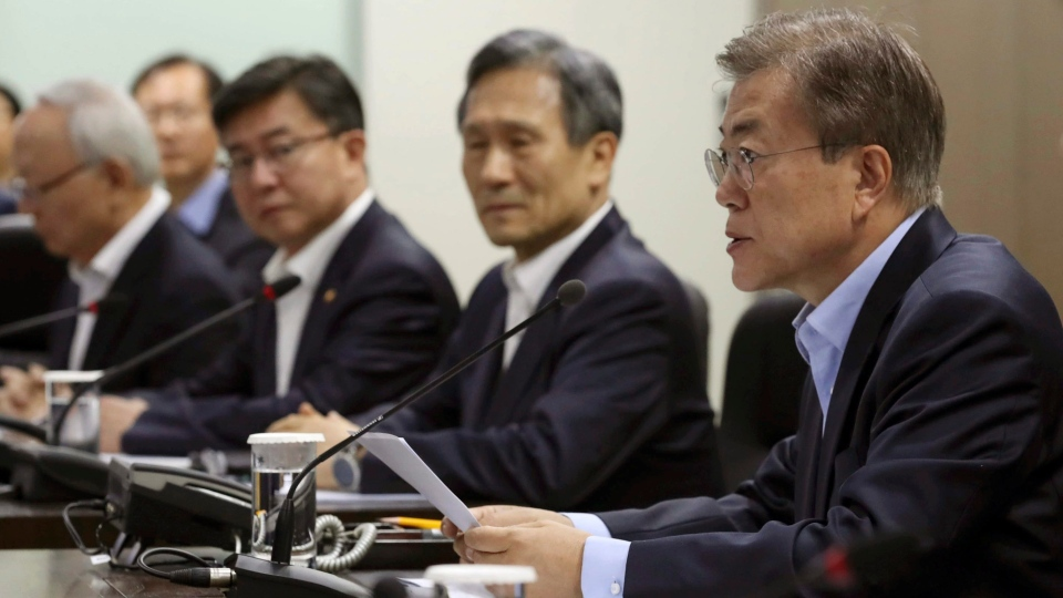 South Korean President Moon Jae-in, right, presides over a meeting of the National Security Council at the presidential Blue House in Seoul, South Korea on May 14, 2017. (Yonhap)