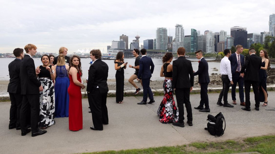 Justin Trudeau jogs past a group of teens in Vancouver. (Adam Scotti)
