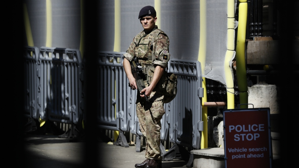 A soldier stands guard at Downing Street, in London on Thursday, May 25, 2017. (AP / Kirsty Wigglesworth)