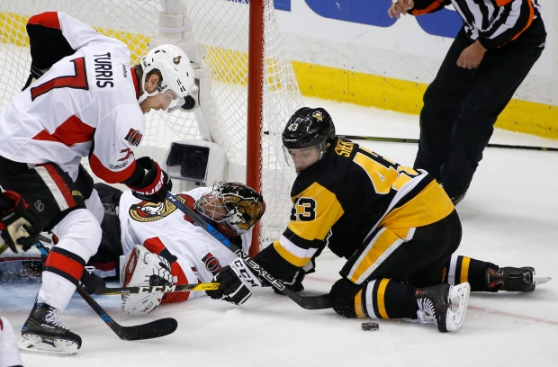Ottawa Senators goalie Craig Anderson defends the goal as Ottawa Senators center Kyle Turris (7) and Pittsburgh Penguins left wing Conor Sheary (43) watch the puck during the third period of Game 7 of the Eastern Conference final in the NHL Stanley Cup hockey playoffs in Pittsburgh, Thursday, May 25, 2017. (AP / Gene J. Puskar)