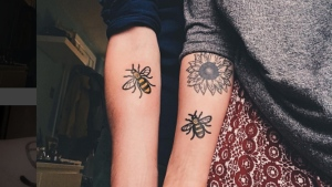 Two Brits show off their bee tattoos as symbols of solidarity with victims of the Manchester attack. (chlhgn / Instagram)