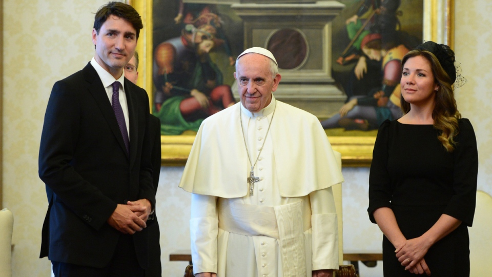 Prime Minister Justin Trudeau and wife Sophie Gregoire Trudeau meet with Pope Francis at the Vatican on May 29, 2017. (Sean Kilpatrick / THE CANADIAN PRESS)