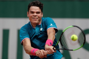 Milos Raonic returns the ball to Belgium's Steve Darcis during their first round match of the French Open tennis tournament at the Roland Garros stadium, Monday, May 29, 2017 in Paris. (AP / Petr David Josek)