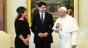 Prime Minister Justin Trudeau and wife Sophie Gregoire Trudeau meet with Pope Francis for a private audience at the Vatican on Monday, May 29, 2017. (Sean Kilpatrick/The Canadian Press via AP)