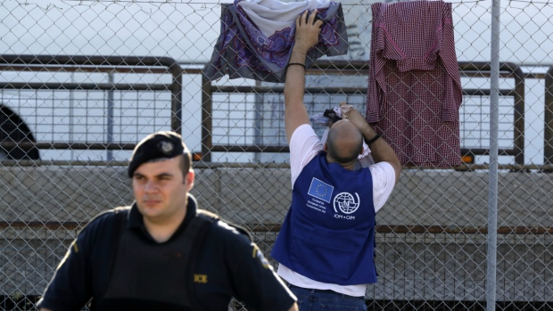 Turkey stops about 100 Syrian migrants in 2 days