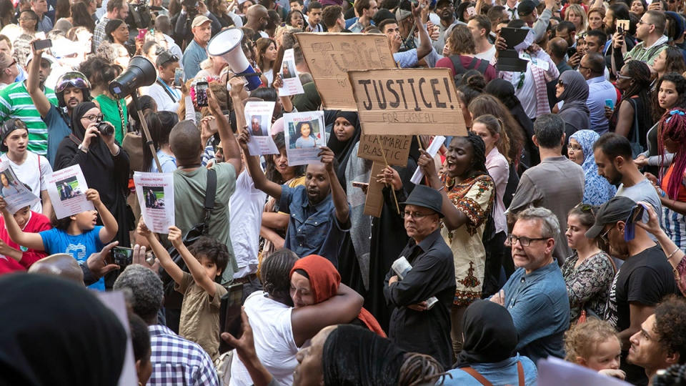 People gather outside Kensington Town Hall during protests following the Grenfell Tower fire in London, Friday, June 16, 2017. (AP / Tim Ireland)