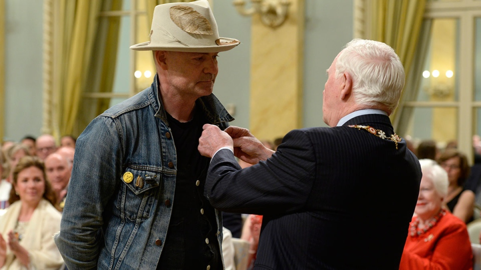 Gord Downie receives the Order of Canada from Governor General David Johnston in Ottawa on Monday, June 19, 2017. (Adrian Wyld / THE CANADIAN PRESS)
