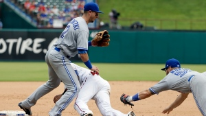 Toronto Blue Jays shortstop Troy Tulowitzki, left, and Texas Rangers' Robinson Chirinos, center, collide as catcher Russell Martin, right, prepares to tag Chirinos after fielding a fielder's choice by Elvis Andrus in the eighth inning of a baseball game, Thursday, June 22, 2017, in Arlington, Texas.  (AP Photo / Tony Gutierrez)