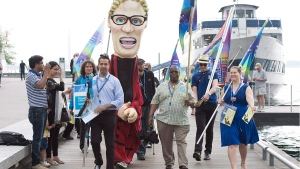 Ontario Public Service Employees Union  members demonstrate in Toronto on Saturday, May 30, 2015. (Frank Gunn / THE CANADIAN PRESS)