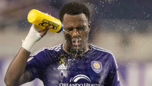 Orlando City forward Cyle Larin sprays his face down with water after the team's MLS soccer match against the Columbus Crew on Sept. 17, 2016, in Orlando, Fla. (J. Allen Jr./THE CANADIAN PRESS/AP)
