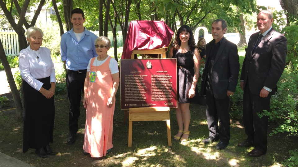 Marr descendants and historians unveil the National Historic Site plaque (Laura Woodward/CTV Saskatoon).