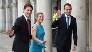 Prime Minister Justin Trudeau, Sophie Gregoire Trudeau and Irish Taoiseach Leo Varadkar arrive at Dublin Castle for a state dinner on Tuesday, July 4, 2017 in Dublin. (Ryan Remiorz / THE CANADIAN PRESS)