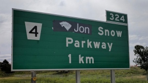 Ontario highway sign goes from James Snow Parkway to Jon Snow Parkway. (@janicewright70 / Twitter)