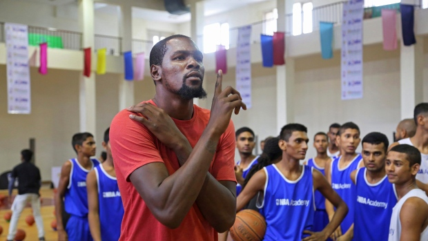 2f89685042e Kevin Durant scores in India with big crowd at basketball clinic ...