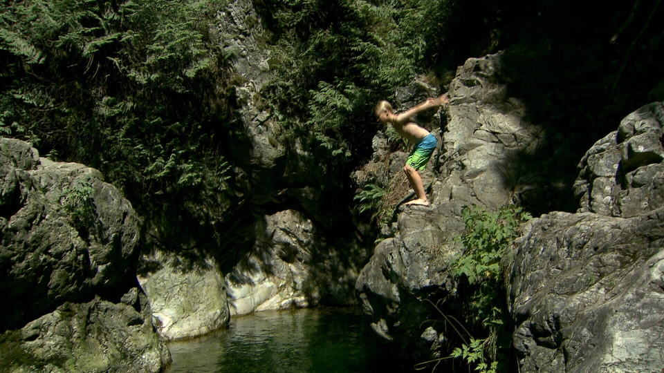 Days after boy dies at Lynn Canyon, cliff jumpers continue