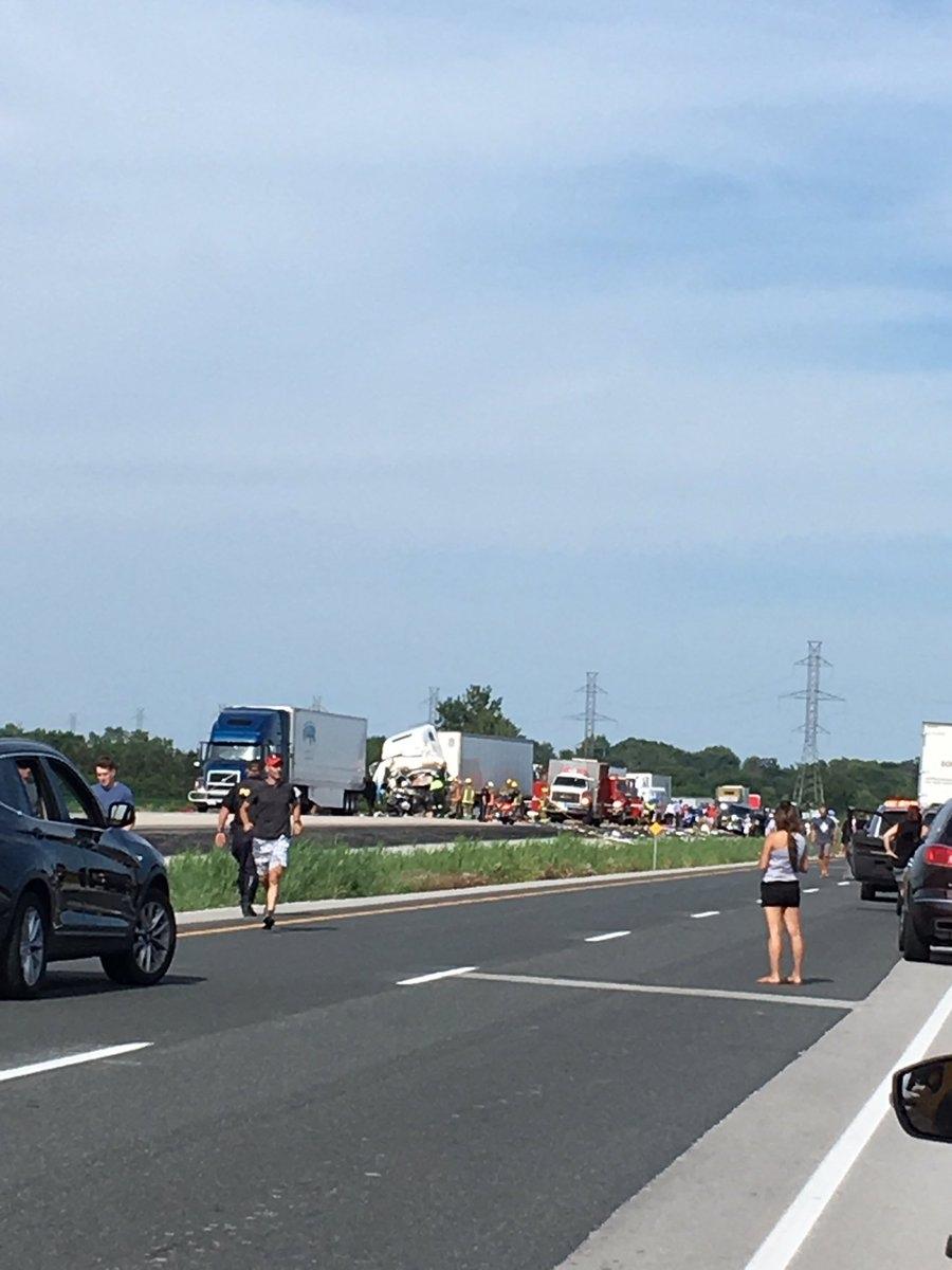 Traffic at a stand still on Highway 401 near Tilbury (Twitter / Lindsay Ducharme)