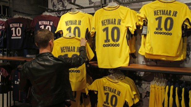 the best attitude d654a 4052e Hundreds of fans line up at PSG store for Neymar jerseys ...