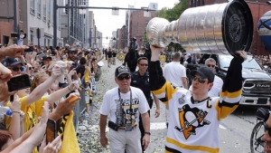 Pittsburgh Penguins' Sidney Crosby hoists the Stanley Cup in Pittsburgh, on June 14, 2017. (Gene J. Puskar / THE CANADIAN PRESS / AP)