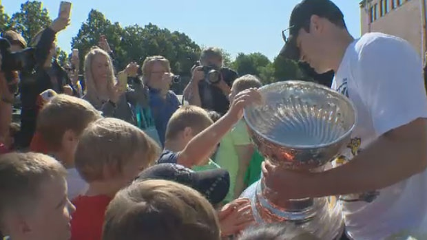 Sidney Crosby shows young fans the Stanley Cup in Halifax, N.S., Aug.7.