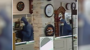 Gatineau Police are looking for help identifying two men caught on video robbing a jewellery store.