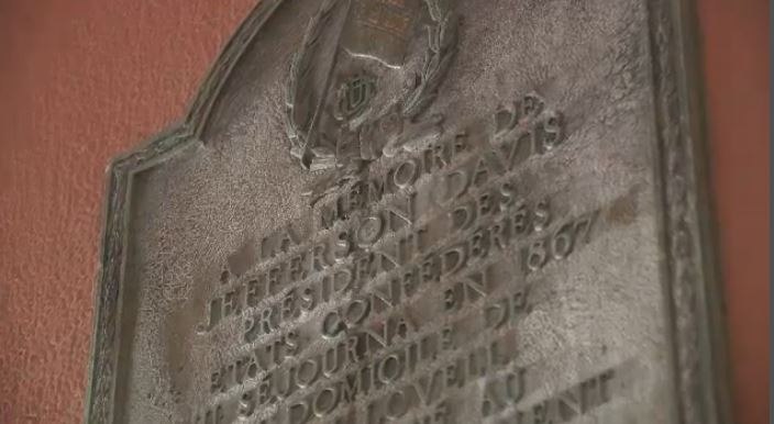 The plaque commemorates Jefferson Davis, president of the Confederate States during the American Civil War.