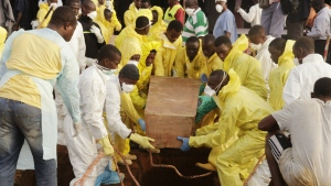 Volunteers handle a coffin during a mass funeral for victims of heavy flooding and mudslides in Regent at a cemetery in Freetown, Sierra Leone on Thursday, Aug. 17, 2017. (AP /  Kabba Kargbo)