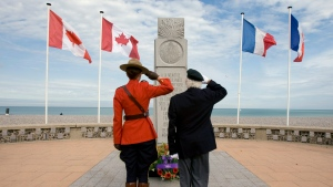 Dieppe veteran with Les Fusiliers Mont Royal, Paul Dumaine from Saint-Sophie, Que., salutes after laying a wreath at the monument of his former regiment on the beaches in Dieppe, France, Saturday, August 18, 2007. (Paul Chiasson/The Canadian Press)